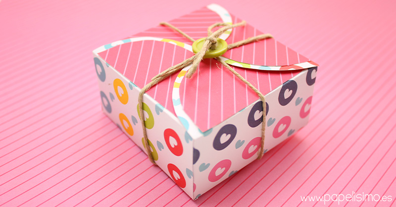 Caja-de-cartulina-cuadrada-con-plantilla-rectangular-box